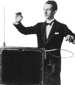 Leon Theremin en plena demostración empírica de su instrumento